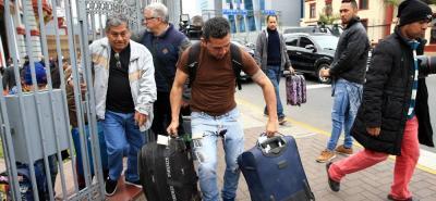 Los venezolanos acudieron a la embajada de su país en Lima y de ahí fueron conducidos al aeropuerto.