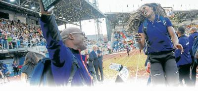 La atleta colombiana Caterine Ibargüen celebra con su entrenador, el cubano Ubaldo Duany, el doblete y el nuevo récord nacional en salto largo que logró en Ostrava el fin de semana.