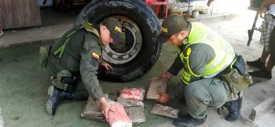 Uniformados de la Policía de Carreteras hallaron la marihuana en la llanta de repuesto de un camión que iba hacia el centro del país.