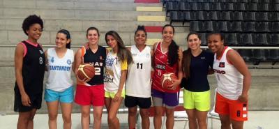 Estas son algunas de las integrantes de la selección Santander de baloncesto femenino que desde mañana buscarán el cupo a los Juegos Deportivos Nacionales de 2019.