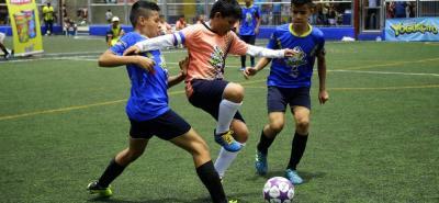 Reñidas resultaron las finales de la Copa Yogurcito Freskaleche 2018. En la gráfica, el duelo en categoría 12 años entre Real Bucaramanga (azul) y Real Caracolí, que ganó el segundo 2-1.