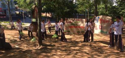 Unos 62 estudiantes del colegio New Cambridge se tomaron el parque La Pera, de Cañaveral, en la mañana de ayer, para dejarlo limpio.