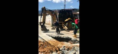 Operarios de la Piedecuestana de Servicios trabajan sin descanso para solucionar el problema de agua en treinta barrios del municipio que se abastecen del tanque ubicado en el sector de La Cantera.