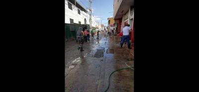 Operarios de la Piedecuestana de Servicios, trabajadores de la Plaza y comerciantes de los alrededores se vincularon a la jornada de limpieza.