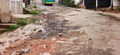 Con esta imagen captada en Prados del Sur es posible imaginarse los problemas de movilidad que se generando por el avanzado deterioro de las calles.