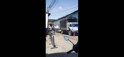 Los mal parqueados no solo afectan la venta del comercio del sector, sino que perjudica la movilidad de la zona céntrica. Los conductores deben moverse entre la invasión de los comerciantes, la estación de moto taxistas y los camiones de carga y descarga.