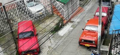 Alrededor de cuatro y cinco carros apostados, al lado de la vía, diariamente obstaculizan el paso vehicular.