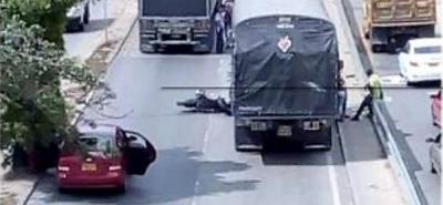 Dos vehículos de carga y una motocicleta resultaron involucradas en el caso.
