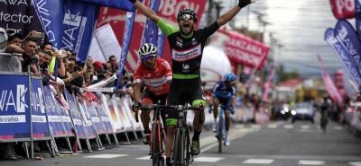 El pedalista caldense Carlos Julián Quintero se impuso ayer en la cuarta fracción del Clásico RCN y asumió el liderato de la prueba, condición que deberá defender hoy en la contrarreloj individual de 28,5 kilómetros entre Gusca y Sesquilé, en terreno de columpios.
