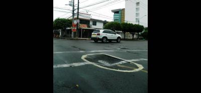 La comunidad del sector decidió señalizar, como pudo, el hueco sobre la calle 61 con carrera 18A.