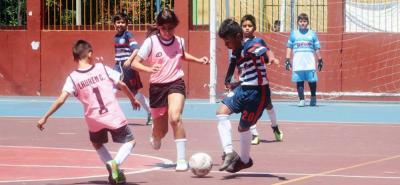 La categoría infantil del Torneo Municipal de Fútbol Sala Fifa cumple su programación en la cancha del barrio Canelos, escenario en el que niños y niñas exhiben su talento en procura de alcanzar la victoria y darle a sus equipos los puntos en disputa.