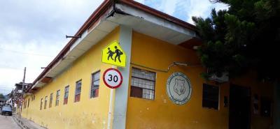 Los estudiantes del colegio San Luis Gonzaga en el Carmen de Chucurí se rotan para ir a estudiar