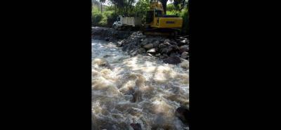 Los habitantes de Llano Grande indicaron que están preocupados con la maquinaria que llegó a la orilla del Río de Oro, al parecer fue traída por una concesión minera.