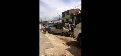 En la imagen se aprecia un pequeño panorama de las serias dificultades de movilidad y la invasión no solo de vendedores sino de carros y camiones.