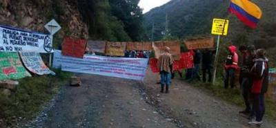 Cerca de 150 mineros artesanales realizaron en la mañana de ayer una protesta pacífica en California, Santander.