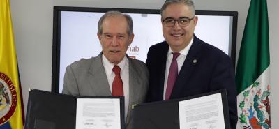 Alberto Montoya Puyana, rector UNAB (izq); Jorge Blando Martínez, vicerrector de Educación Continua del TEC de Monterrey (der).