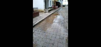 Según la denuncia, desde hace varios días, en El Tejar tienen un tubo roto que está desperdiciando agua.