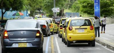 El alto número de vehículos mal parqueados, en Fosunab, ha llegado incluso a tomarse arbitrariamente un carril de la víá. Hay días en que la fila parece interminable.
