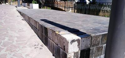 Como se aprecia en la imagen, los miradores de la Alameda de las Nieves les hace falta varias baldosas y aseo.