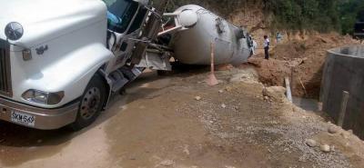 El enorme automotor estuvo a punto de rodar por el barranco, en el altercado solo se presentaron daños materiales.