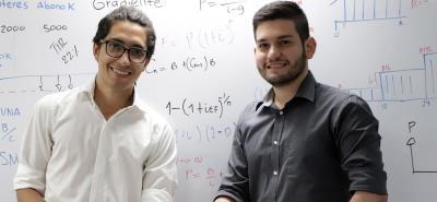 Manuel Mojica Mateus (izquierda) y Juan Pablo Cárdenas Angarita (derecha) primer puesto Concurso de Matemáticas Financiera.