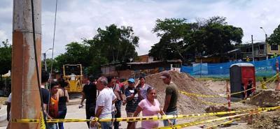 La comunidad de los tres barrios se plantaron frente a la maquinaria y las obras para impedir que se llevarán a cabo el derrumbe de las casetas que todavía hay en la zona.