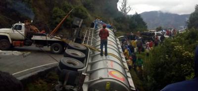 Por volcamiento de tracto camión se presenta cierre total en la vía Bucaramanga - Pamplona