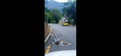 La falta de esta tapa de alcantarilla ha generando riesgo a los conductores que se dirigen de Bucaramanga a Girón.