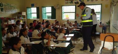 La charla de los agentes fue sobre el buen uso del espacio público a estudiantes de la sede educativa Colmercedes, sede C, de Cantabria.