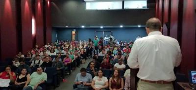 Los expendedores se reunieron a escuchar al Invima sobre la entrada en vigencia del decreto 1500. Le pidieron a la Alcaldía de Bucaramanga mejorar las plazas públicas, para acondicionar los sitios de venta tal y como lo manda la ley.