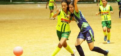 Botín de Oro A (azul y verde) derrotó 2-0 a Atlético Floridablanca y se clasificó a la final del Babyfútbol femenino.