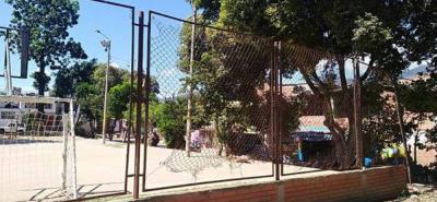 La cancha del barrio Rincón de Girón parte alta se encuentra deteriorada, ya nadie puede jugar baloncesto