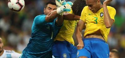 Cuando ya expiraba el tiempo de reposición, Miranda, en esta jugada de cabeza anotó el tanto del triunfo de Brasil sobre Argentina en el Superclásico de las Américas número 100.