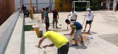 Con pica y pala, los ciudadanos intervinieron el escenario deportivo, cansados de esperar los arreglos por parte de la Alcaldía.