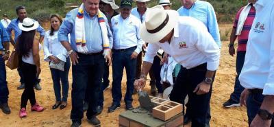 El gobernador de Santander, Didier Tavera y el alcalde de Los Santos colocaron la piedra piedra del Hospital que estaría listo en octubre de 2019.