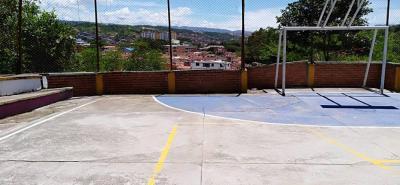 Los ciudadanos temen que esta parte de la cancha termine derrumbándose hacia el abismo que va a dar en el Río de Oro.