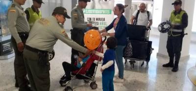 Los agentes de Policía de Turismo brindaron recomendaciones a los viajeros que utilizan los servicios del Aeropuerto Internacional Palonegro.