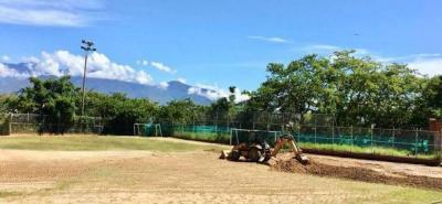 Parte del proyecto consiste en hacer un sistema de drenaje y conducción de aguas lluvias, como también la implantación de césped gramilla natural, el cambio de los arcos de las canchas e implementación de bancas de suplencia.