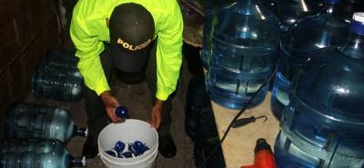 En los allanamientos se realizó la incautación de 250 botellones de agua y otros elementos utilizados en la fábrica.
