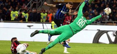 """El argentino Mauro Icardi dio ayer al Inter el derbi de Milán con un gol de cabeza en el minuto 92 (1-0), lo que permitió a los """"nerazzurri"""" alcanzar la tercera posición en la Serie A italiana y tomar impulso de cara a la visita al Barcelona del próximo miércoles en la Liga de Campeones."""
