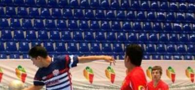 Aprovechando el desarrollo del Zonal Centro Oriente de los Juegos Intercolegiados, se jugó la fecha de la categoría mayores del municipal de fútbol sala en el coliseo Bicentenario.