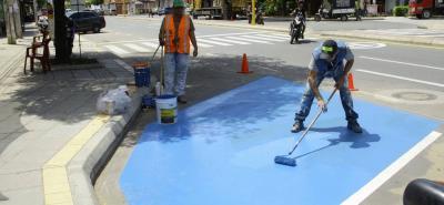 Según las autoridades locales cada bahía de estacionamiento tendrá una zona azul para los conductores con discapacidad.
