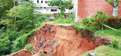 Las tuberías de aguas lluvias y residuales quedaron expuestas tras el nuevo derrumbe ocurrido este lunes.