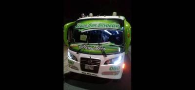 Este fue uno de los buses que se llevaron los delincuentes, quienes huyeron hacia la Troncal del Magdalena Medio.