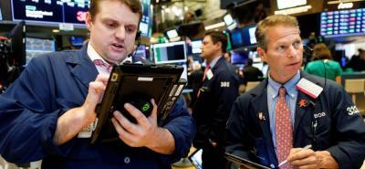 Wall Street cerró ayer nuevamente con fuertes pérdidas y el Dow Jones de Industriales, su principal indicador, bajó un 2,41% en medio de un descenso generalizado en el sector de las telecomunicaciones.--
