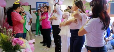 Los funcionarios se encargaron de dar ejemplo con respecto al autoexamen de mama.