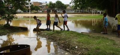 Las lluvias provocaron la inundación de la cancha de Brisas del Río, afectando a los niños que no tienen un lugar para jugar.