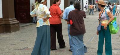 Algunas gitanas son conocidas por leer la mano y brindar también orientación a los turistas que llegan al parque principal.