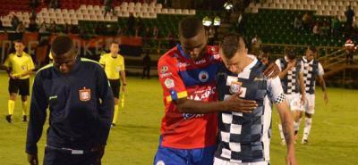 Jugadores del Pasto consolaron a sus colegas de Chicó, tras el final del partido decisivo.