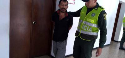 El detenido de 44 años deberá responder por los delitos de violencia intrafamiliar e incendio.